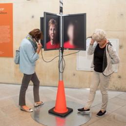 twee vrouwen bij luisterpaal tentoonstelling Mijn geZicht Oogfonds